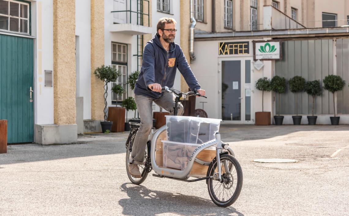 Peter Zechmeister liefert Kaffeebohnen mit dem Lastenrad aus
