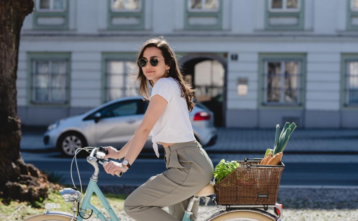 Einkauf am Fahrradkorb transportieren