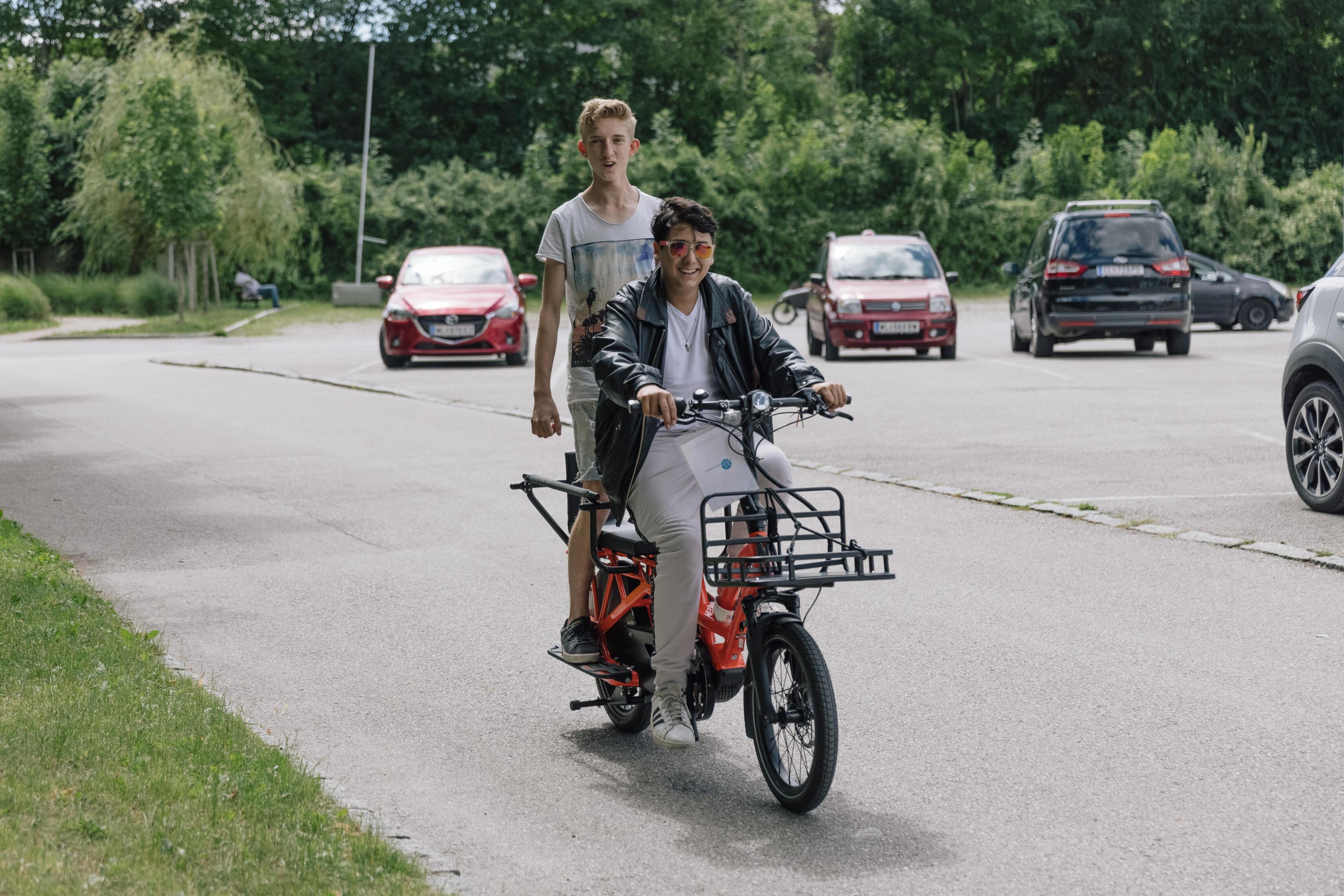 Jugendliche haben Spaß am Cargobike