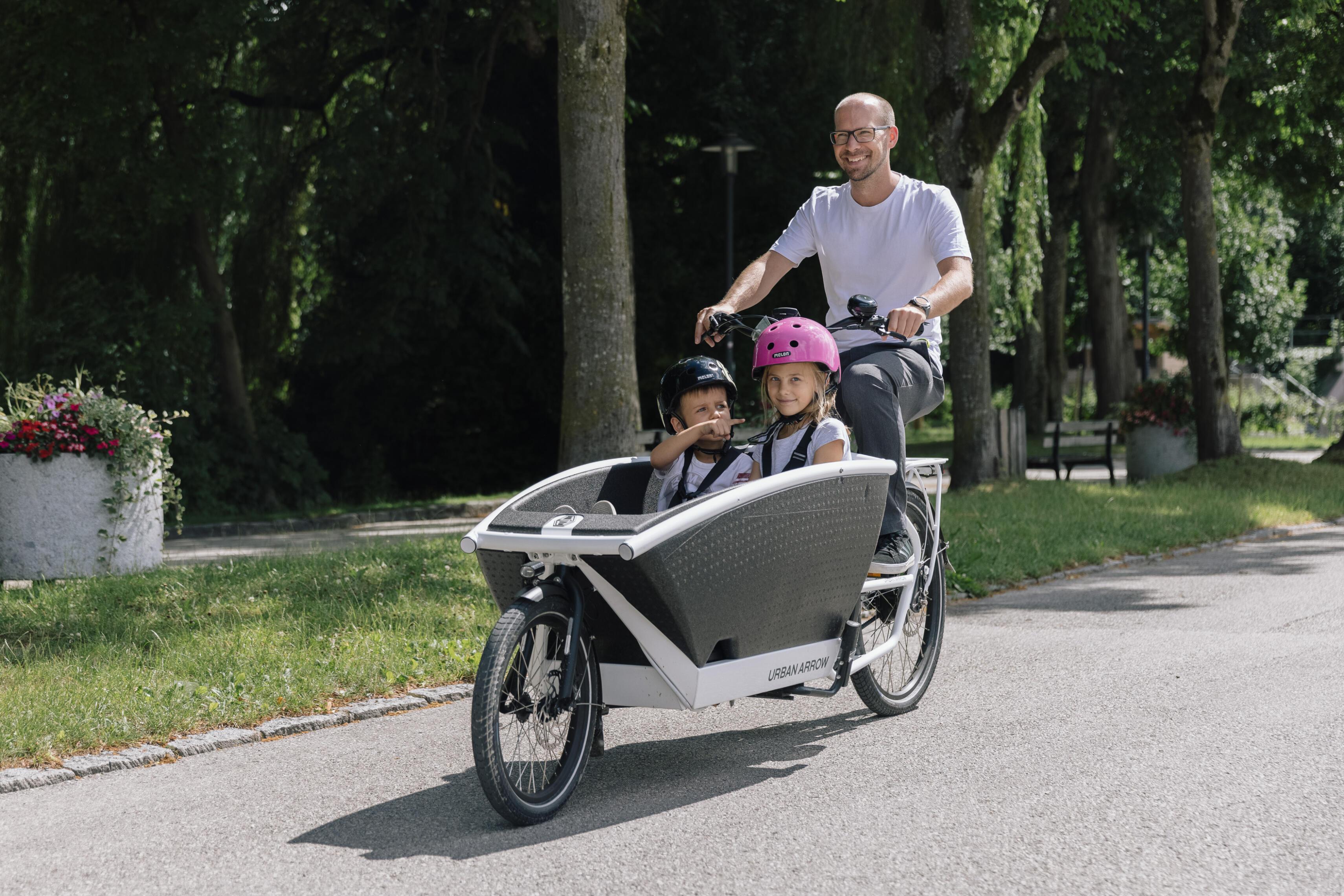 Junger Mann testet Urban Arrow Transportrad