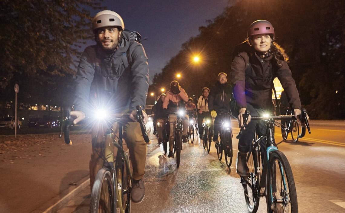 Gruppe von Radfahrenden im Dunkeln