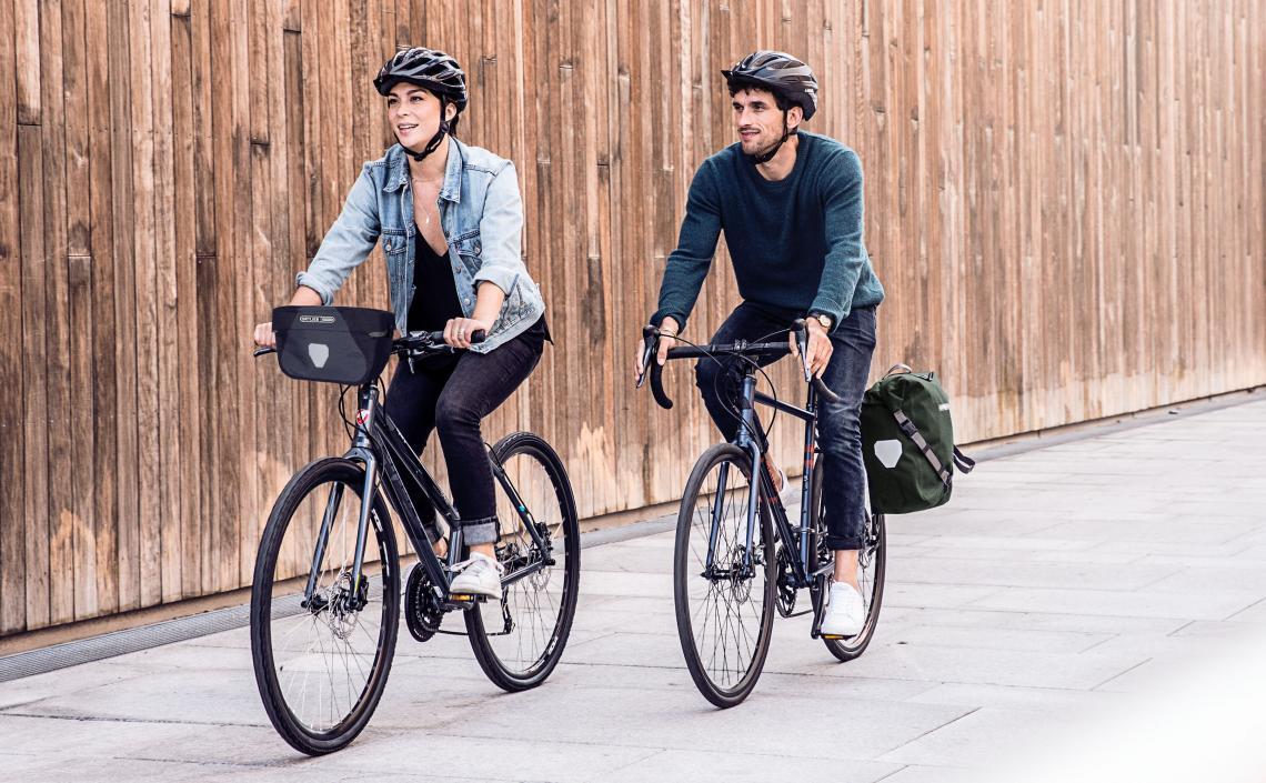 Mann und Frau auf Fahrrädern