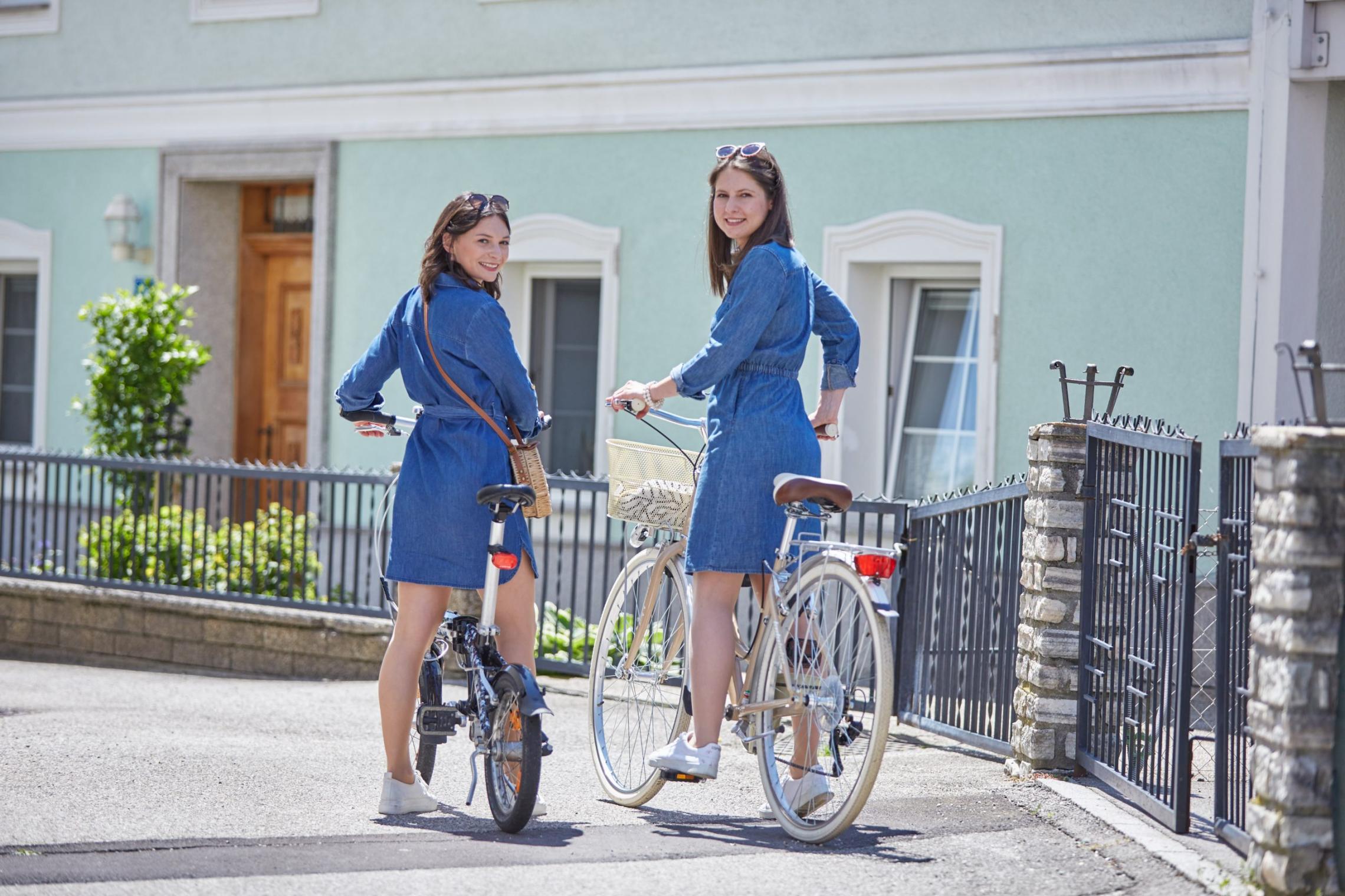 Frauen auf Fahrrädern