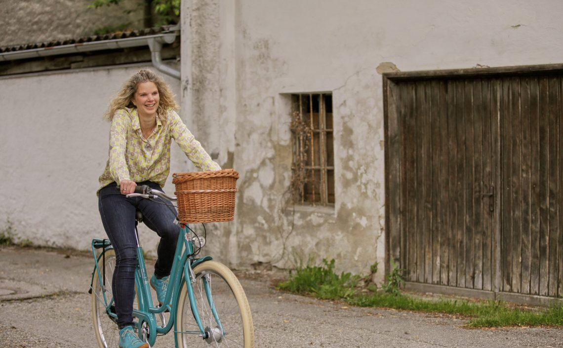 Frau auf Fahrrad