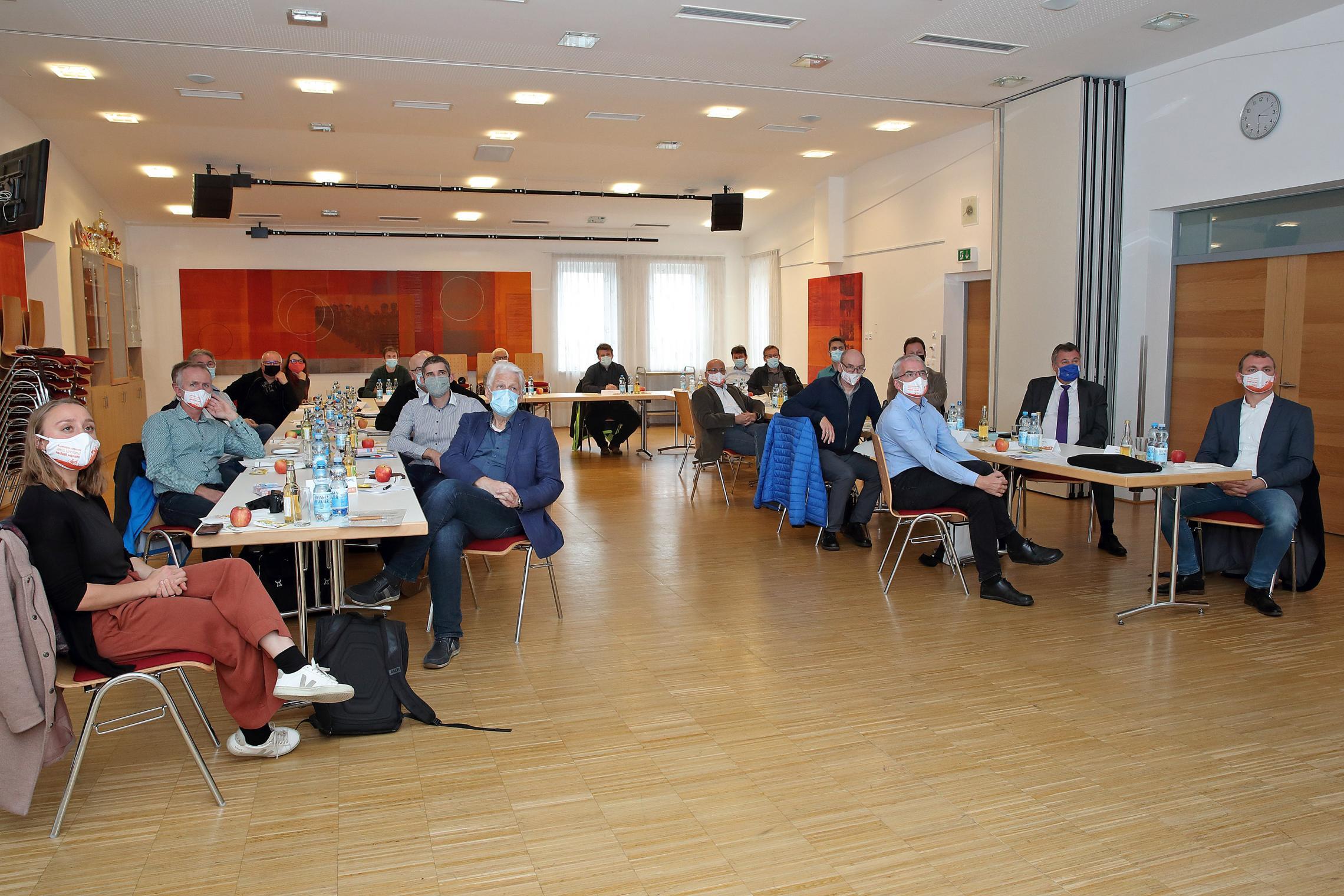 Viele TeilnehmerInnen des Radinfrastruktur-Dialogs blicken zum Vortragenden und hören interessiert zu