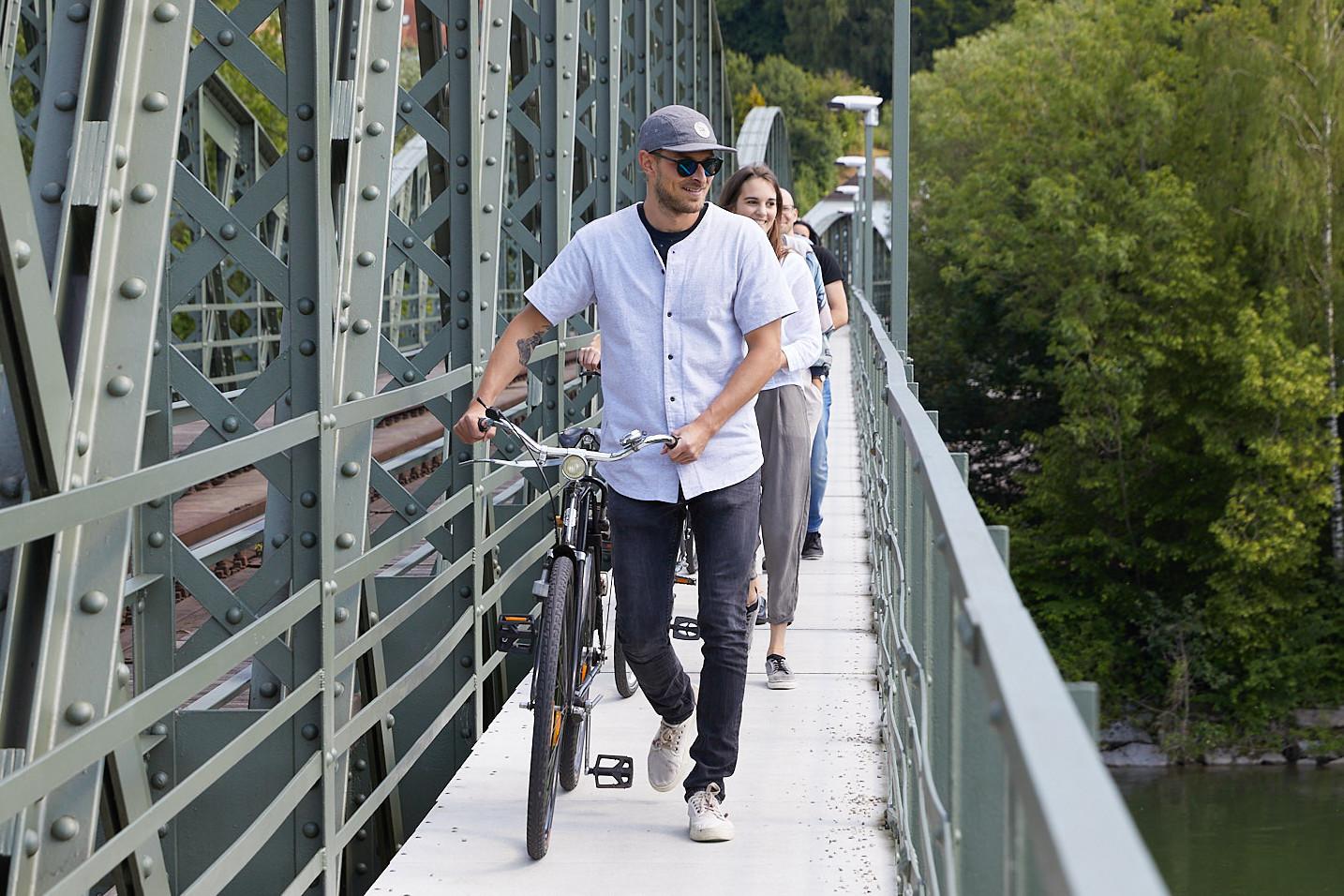 Personen mit Fahrrädern