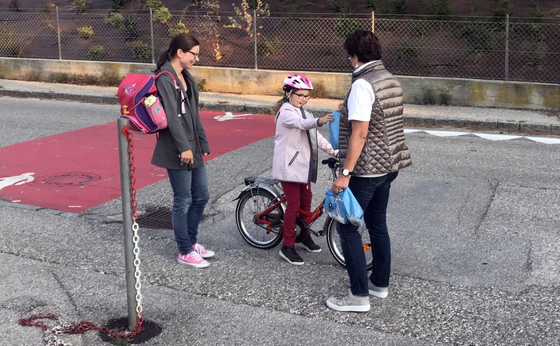 Kind auf Fahrrad mit Frühstückssackerl