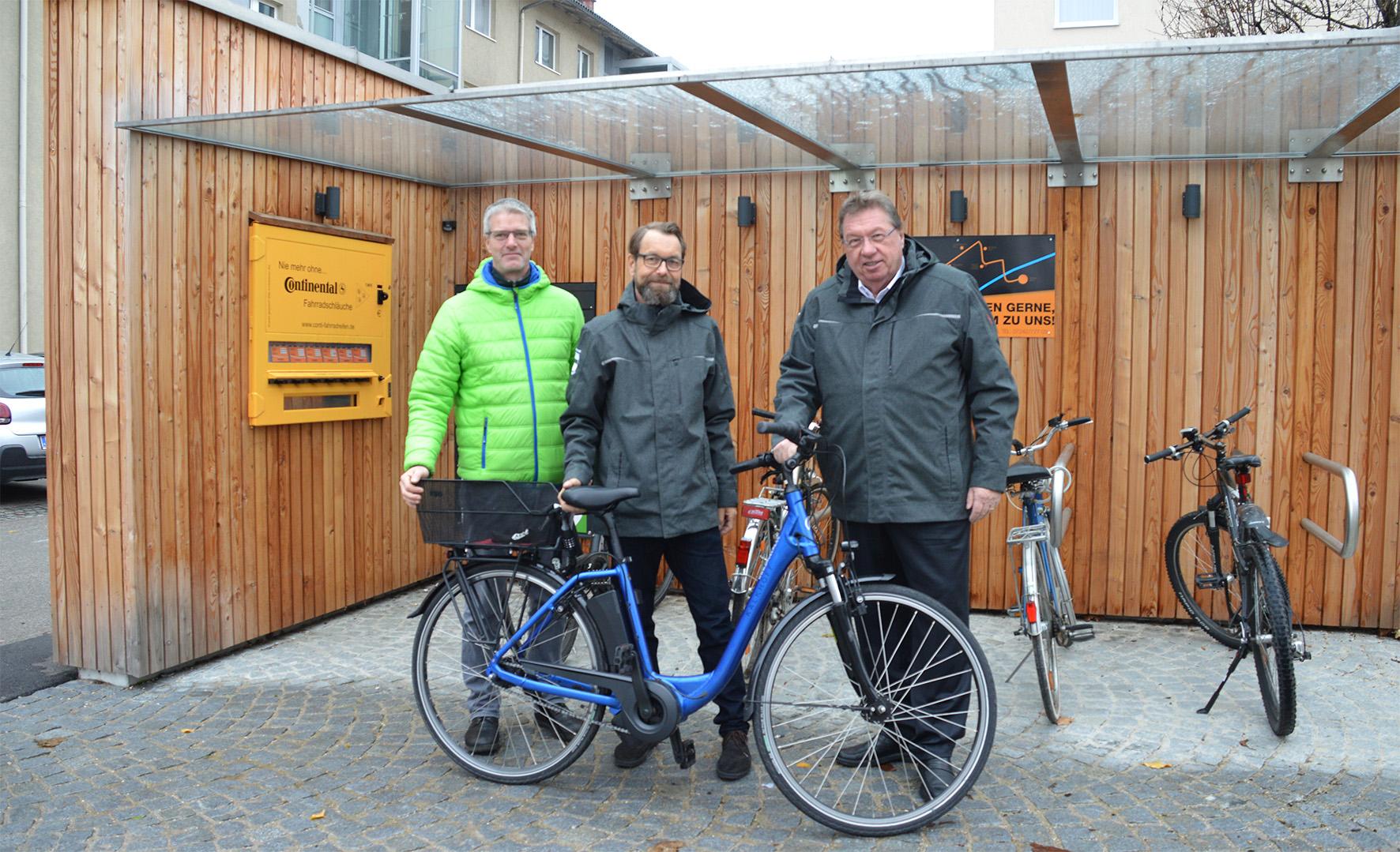 Männer mit Fahrrad