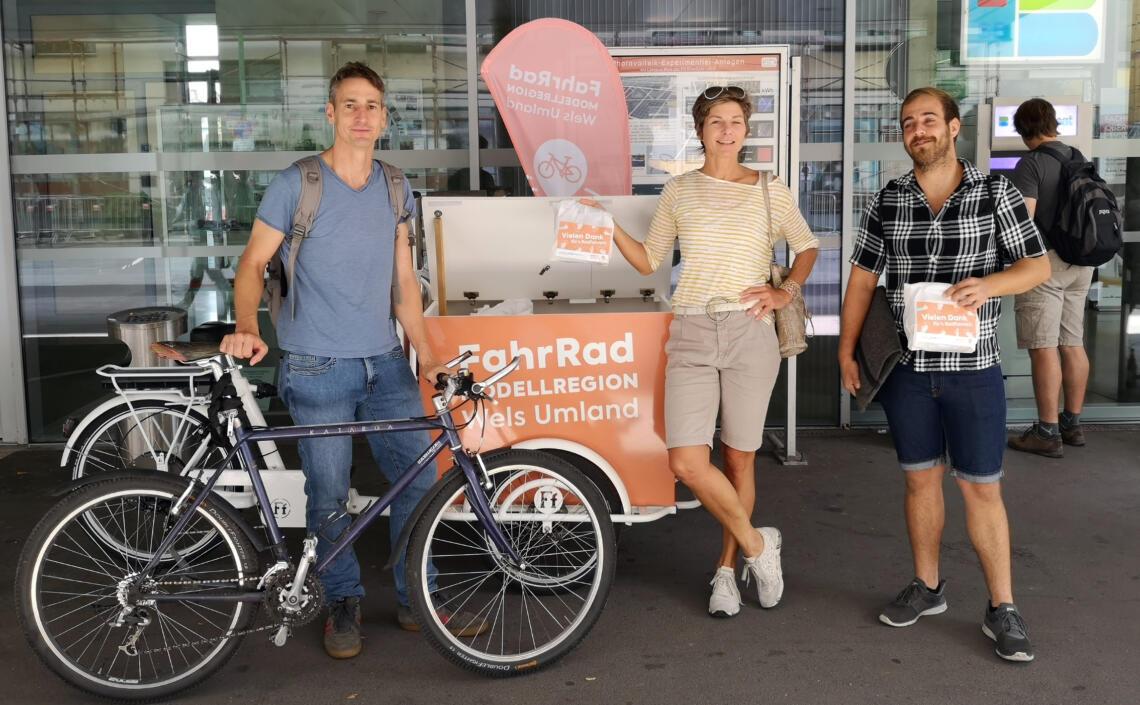 Personen mit Fahrrad und Frühstückssackerl
