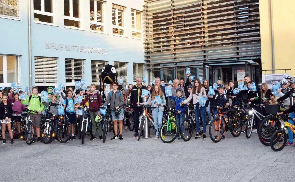 Schülerinnen und Schüler mit Fahrrädern und Frühstückssackerl