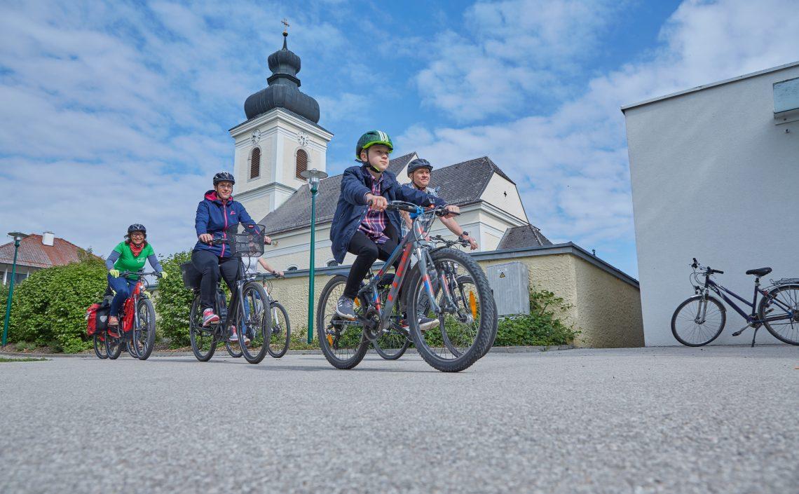 Familie auf Fahrrädern