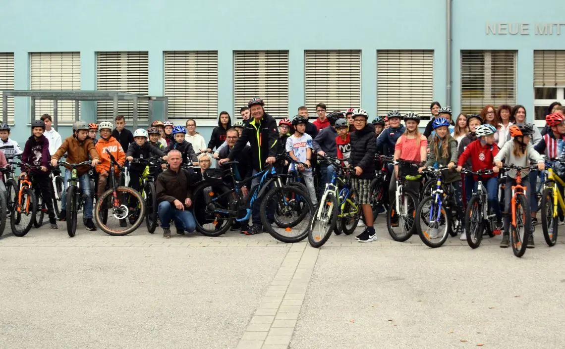 Kinder und Lehrkräfte mit Fahrrädern