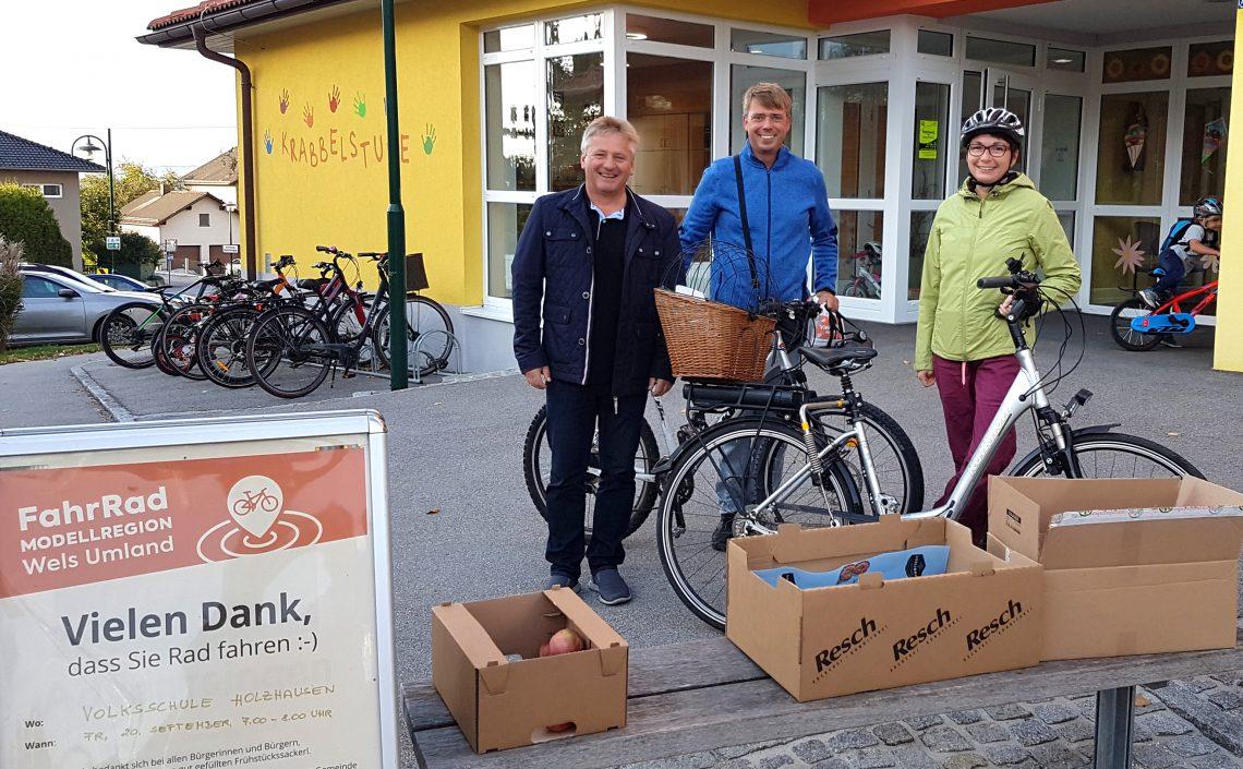 Personen mit Fahrrädern und Frühstückssackerl