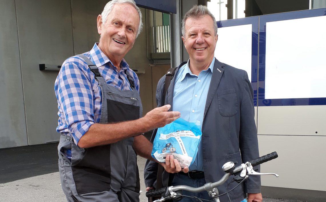 Männer mit Fahrrad und Frühstückssackerl